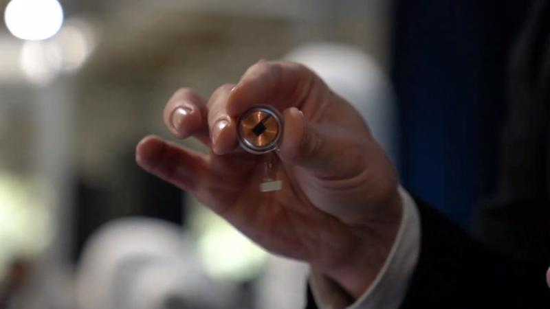 Chip da Neuralink tem o tamanho de uma moeda. Imagem: Neuralink   YouTube
