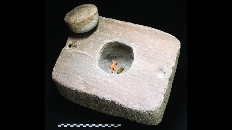 Pedra que armazenava a lhama e a pulseira de ouro. Crédito: C. Delaere and J. Capriles, 2020/Antiquity