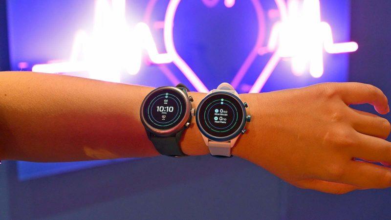 Pessoa com dois relógios com Wear OS no pulso