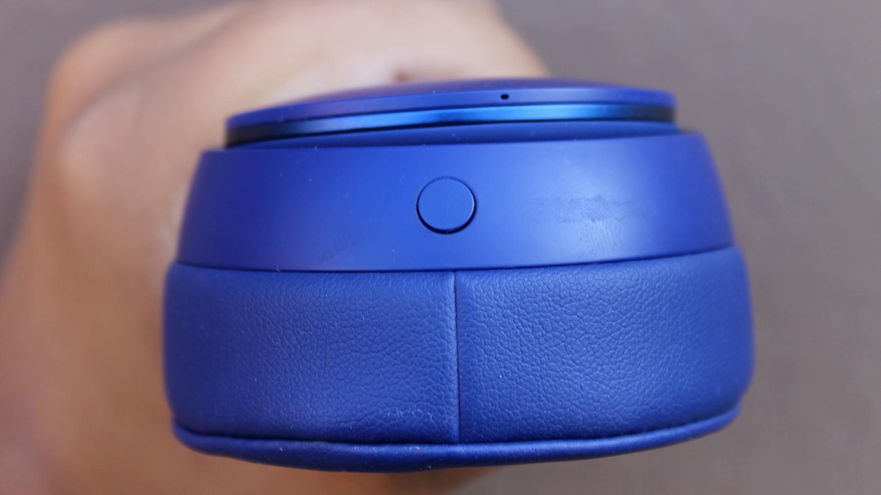 Detalhe do botão que alterna entre modo de cancelamento de ruído no Beats Solo Pro