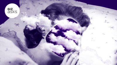 Imagem de uma mulher dormindo cujo rosto foi substituído por uma nuvem, passando a ideia de sono. Ilustração por Elena Scotti com imagens Getty Images e Shutterstock