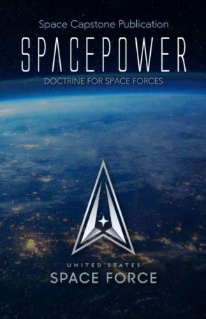 """Capa da nova doutrina da Força Espacial dos EUA. Ela tem o título, """"Spacepower"""", o subtítulo """"Doutrina para forças espaciais"""", e o logo da Força Espacial. Ao fundo, uma imagem da Terra vista do espaço."""