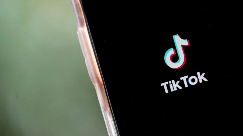 Celular com logo do TikTok na tela
