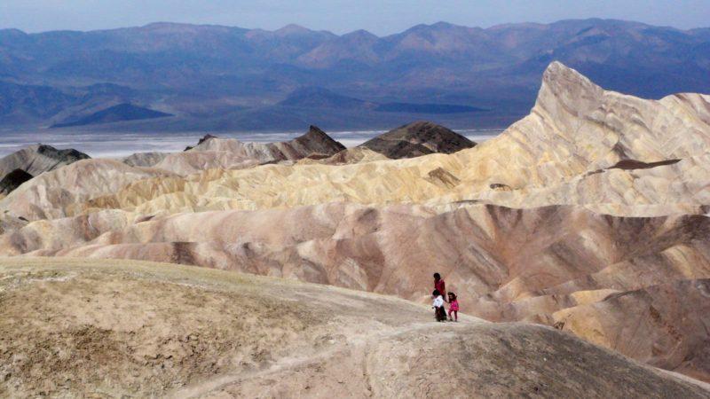 Pessoas caminham no Vale da Morte, na Califórnia, EUA
