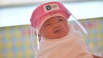 Grávidas com covid-19 têm mais chances de sofrer parto prematuro. Lillian Suwanrumpha (Getty Images)