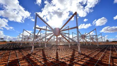 Antenas do radiotelescópio MWA na Austrália. Crédito: Dragonfly Media