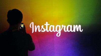 Pessoa tirando foto de logotipo do Instagram. Crédito: Josh Edelson/AFP (Getty Images)Josh Edelson/AFP (Getty Images)