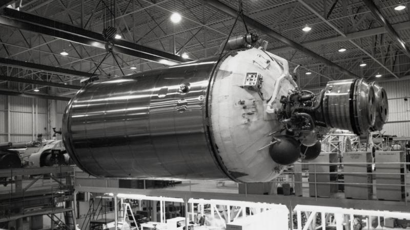 Um foguete Centaur de segundo estágio sendo construído em 1962. Imagem: NASA