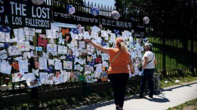 Mulher visita memorial para homenagear vítimas do coronavírus em frente ao cemitério Green-Wood nos EUA. Crédito: Spencer Platt/Getty Images