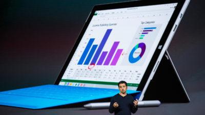 Panos Panay, da Microsoft, durante apresentação com computador Surface ao fundo rodando o Office. Crédito: Andrew Burton/Getty Images