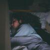 Mulher dormindo na cama. Crédito: Craig Adderley/Pexels
