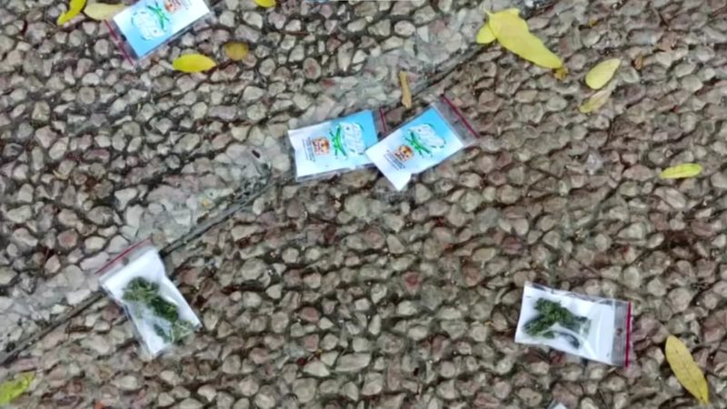 Pacotes de maconha jogados em praça de Tel Aviv. Crédito: Reuters
