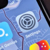 Ícone do Settings (Ajustes), do iOS, numa tela de iPhone. Crédito: Gizmodo