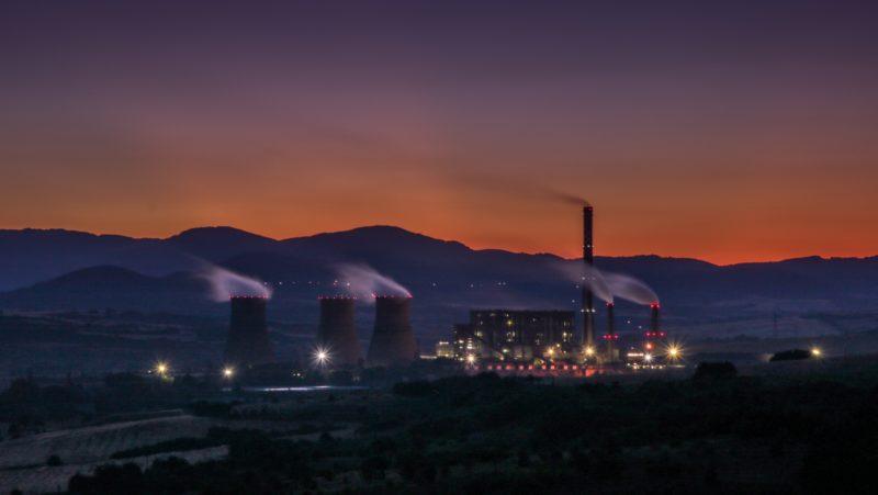 Usina de energia elétrica soltando fumaça. Crédito: Viktor Kiryanov/Unsplash