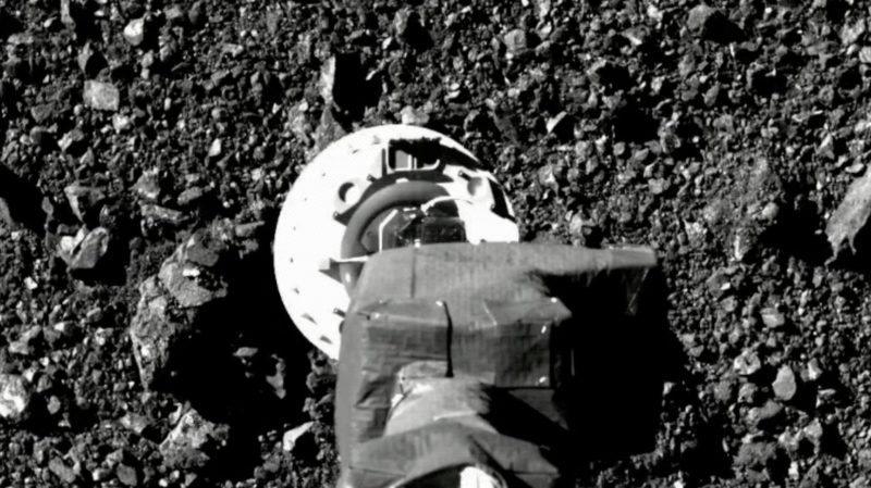 Captura de tela de vídeo de tentativa de coleta de material do asteróide Bennu. Crédito: NASA/Goddard/University of Arizona