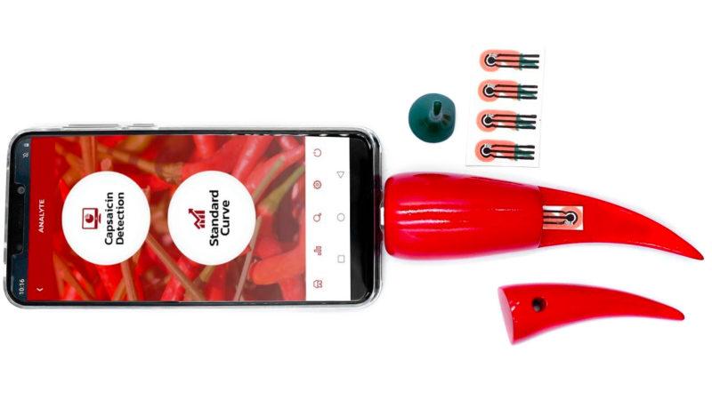 Chilica-pod é um sensor que se coloca no smartphone para medir picância de pimentas. Crédito: Adapted from ACS Applied Nano Materials 2020