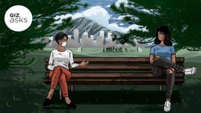 Duas mulheres sentadas no banco em um parque praticando distanciamento social. Ilustração por Benjamin Currie/Gizmodo