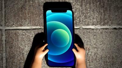 Montagem por Andrew Liszweski/Gizmodo e Alex Cranz/Gizmodo com imagem do iPhone 12 Mini, da Apple