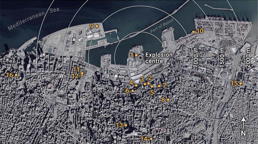 Mapa de satélite de Beirute com círculos concêntricos no local da explosão e 16 pontos numerados indicando de onde os vídeos foram filmados.