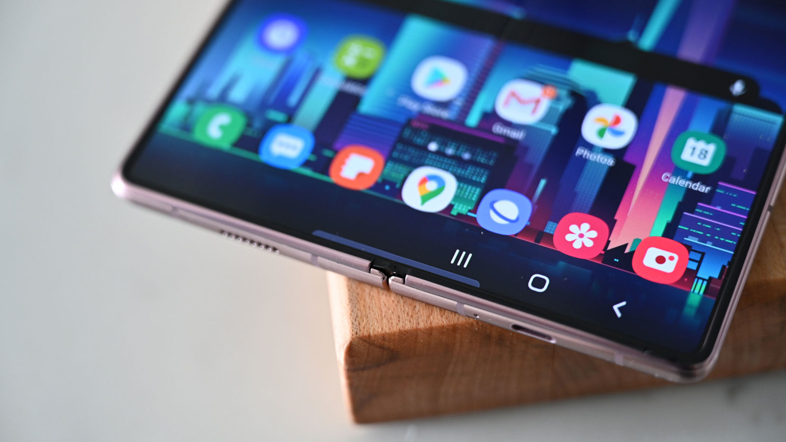 Galaxy Z Fold 2. Imagem: Sam Rutherford (Gizmodo)