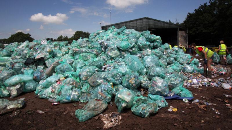 Plástico e bioplástico. Imagem: Matt Hardy (Getty Images)
