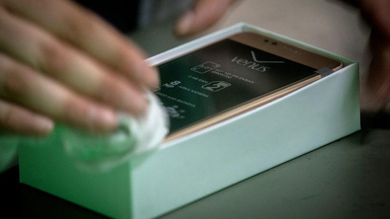 Tela de celular sendo limpada. Imagem:mChris McGrath (Getty Images)