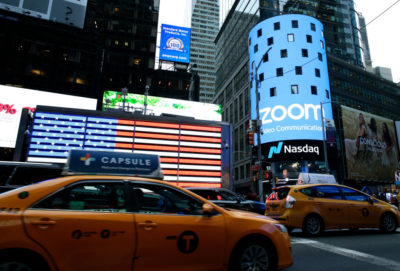 Logotipo do Zoom na Times Square, em Nova York. Crédito: Kena Betancur / Stringer (Getty Images)