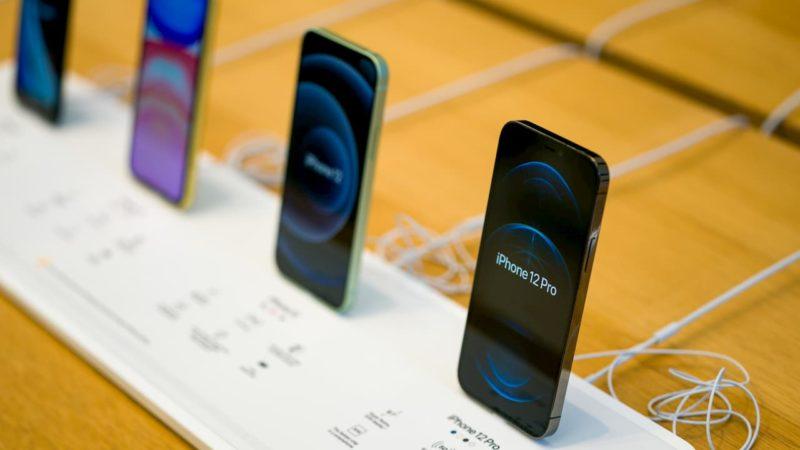 iPhones em uma mesa de uma loja da Apple.