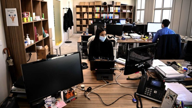 Trabalhar de casa. imagem: Christophe Archambault (Getty Images)