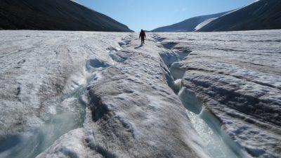 Alpinista anda sobre canais de água em geleira de Longyarbeen