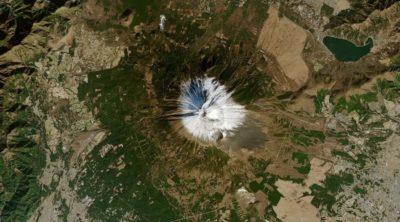 Imagem de satélite do Monte Fuji e da área circundante em 1° de janeiro de 2021, praticamente sem neve. Imagem: NASA Earth Observatory.