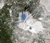 Aqui está a montanha em 29 de dezembro de 2013, que é o que estamos acostumados a ver no inverno. Imagem: NASA Earth Observatory.