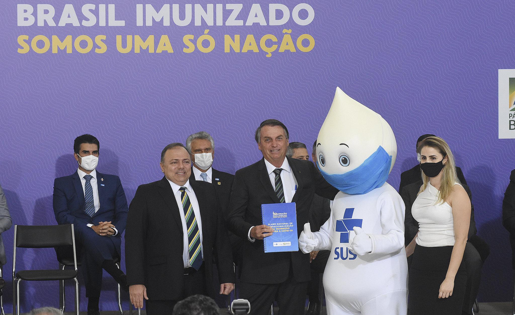 Pazuello, Bolsonaro e Zé Gotinha