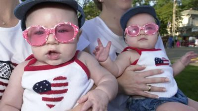 Gêmeos de 7 meses participando da Double Take Parade realizada em 3 de agosto de 2002 no Twins Days Festival em Twinsburg, Ohio. Foto: Mike Simons (Getty Images)