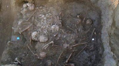 As camadas superiores da vala comum, encontradas na Croácia. Imagem: Jacqueline Balen, Museu Arqueológico de Zagreb.