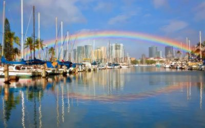 Arco-íris sobre o porto de Honolulu. Imagem: Minghue Chen