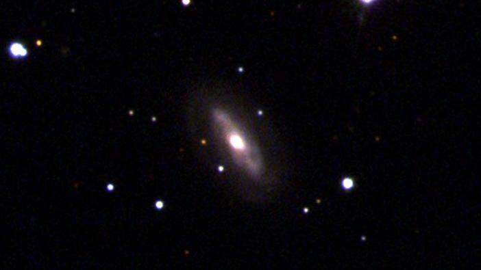 Acredita-se que o Galaxy J0437 + 2456 seja o lar de um buraco negro supermassivo em movimento. Foto: Sloan Digital Sky Survey (SDSS).