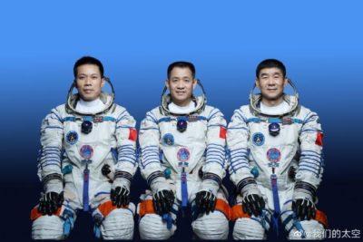 Sr. Nie Haisheng, Sr. Liu Boming e Sr. Tang Hongbo — astronautas que vão à estação espacial Tianhe