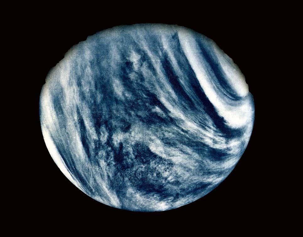 Vênus fotografado em ultravioleta pela Mariner 10 em 1974, sua espessa atmosfera nublada óbvia.