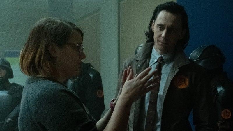 Kate Herron e Tom Hiddleston no set de Loki. Imagem: Marvel Studios