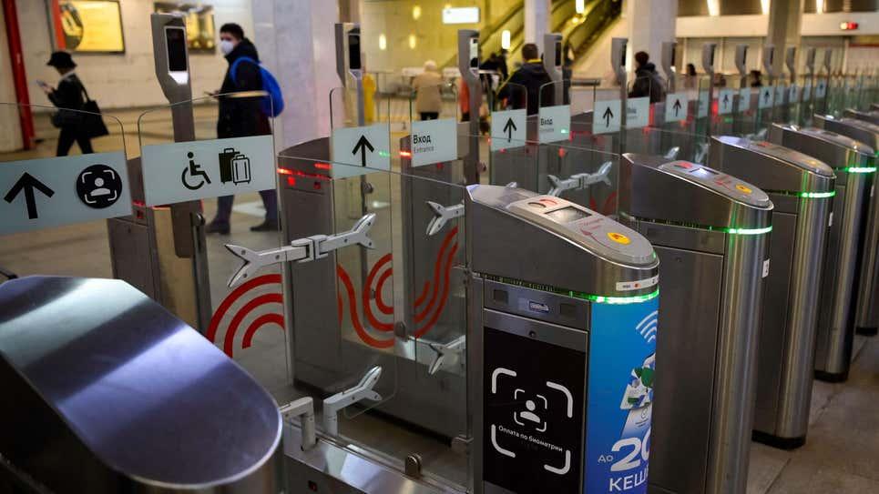Metrô de Moscou instala bloqueios com pagamento por reconhecimento facial